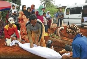 Waris melihat jenazah ahli keluarga mereka dibawa keluar.